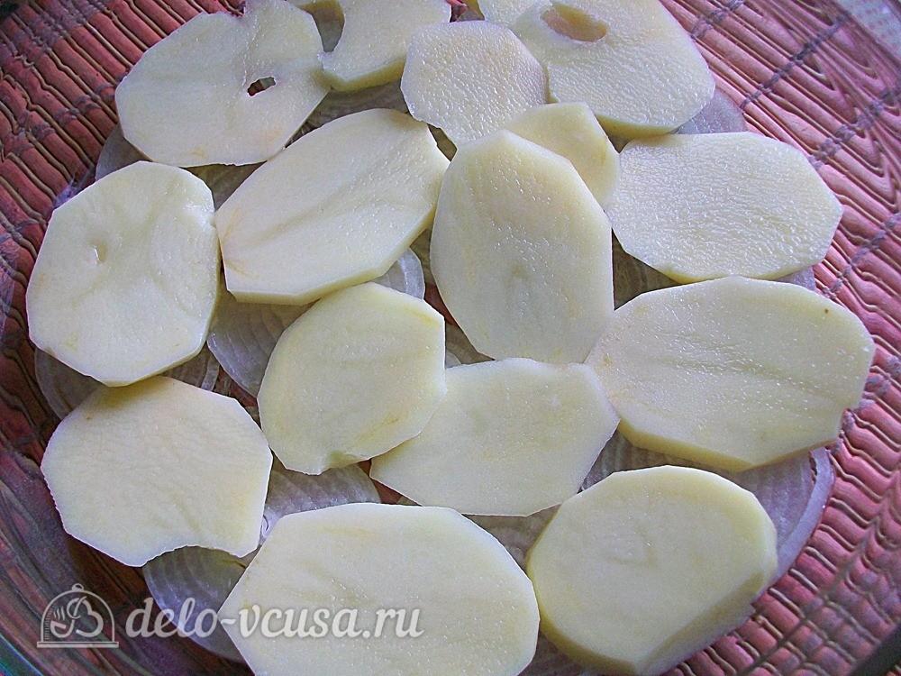 На лук выкладываем слой картошки