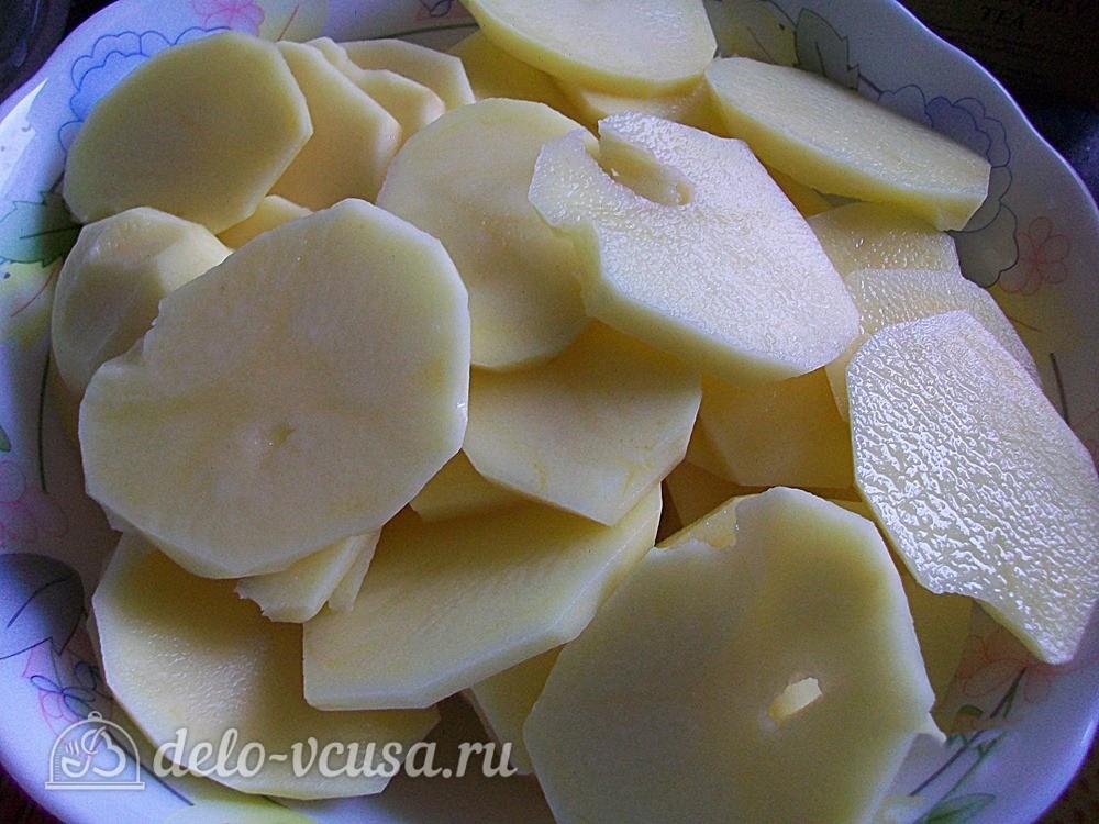 Очистить картофель и нарезать тонкими кольцами
