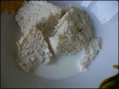 Мясные котлеты рецепт: залить хлеб молоком и дать ему размокнуть
