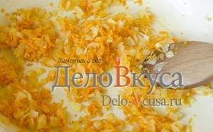 Томатный соус для тефтелей: Обжарить лук и морковку