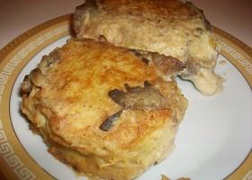 Картофельные драники с мясом под грибным соусом