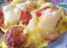 Яичница с сосисками и сыром