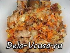 В кастрюлю к специям и сметане положить мясо с овощами