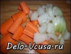 Морковку и лук крупно порезать