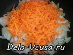 Когда лук приобретет золотистый цвет, добавляем морковку