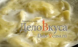 Вареники с картошкой: Отварить вареники в соленой воде