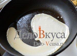 Блины на молоке: Выливаем тесто на сковородку