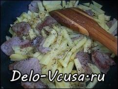 Обжариваем картошку 7-10 минут и добавляем соль, перец и специи по вкусу
