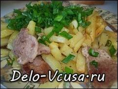Готовую картошку посыпаем зеленью и кушаем пока она не остыла