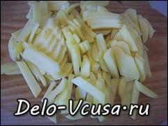 Картошку почистить и порезать тонкой соломкой