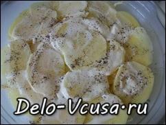 Кладем слой картошки, смазываем сметаной и слегка солим и перчим
