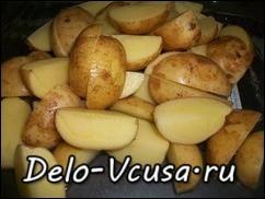 Картошку хорошо помыть и порезать на 4 части, если картошка мелкая, то можно запекать ее целиком