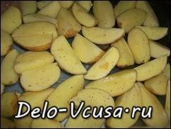 Кладем картошку на смазанный маслом противень