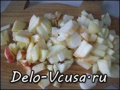 Яблоки очистить от шкурки и семян