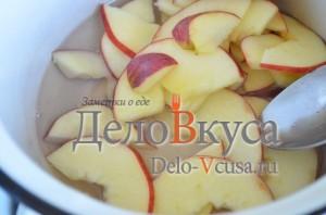Яблоки опустить в кипящий сироп и варить 1-2 минуты