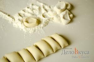 Вареники с картошкой: Тесто разделить на порции