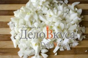Говядина с картошкой в горшочке: Нарезаем лук