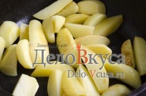 Говядина с картошкой в горшочке: Обжариваем картошку