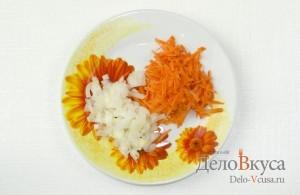 Суп с фрикадельками: Лук порезать кубиками, а морковь натереть на крупной терке