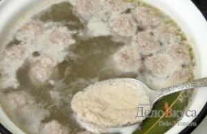 Суп с фрикадельками: Снимаем пену шумовкой