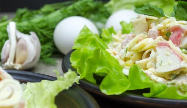 Салат с кукурузой крабовыми палочками и солеными огурцами рецепт