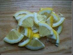 Куриное филе в сметане: Лимоны порезать