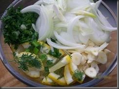 Куриное филе в сметане: Смешиваем лимон, курицу, зелень, чеснок, лук и специи