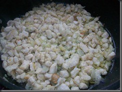 Жареная картошка с куриным филе: Обжариваем мясо до румяного цвета