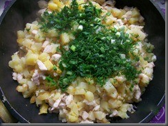 Жареная картошка с куриным филе: Добавить зелень