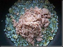 Томатный соус с тунцом для спагетти: фото к шагу 6.
