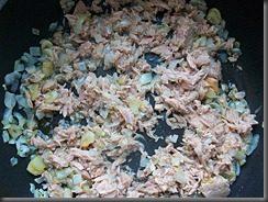 Томатный соус с тунцом для спагетти: фото к шагу 7.