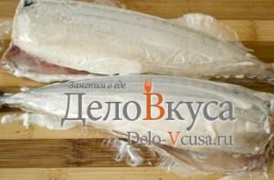 Скумбрия в фольге в духовке: Смазать рыбу майонезом
