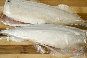 Скумбрия запеченная в фольге: Смазать рыбу майонезом
