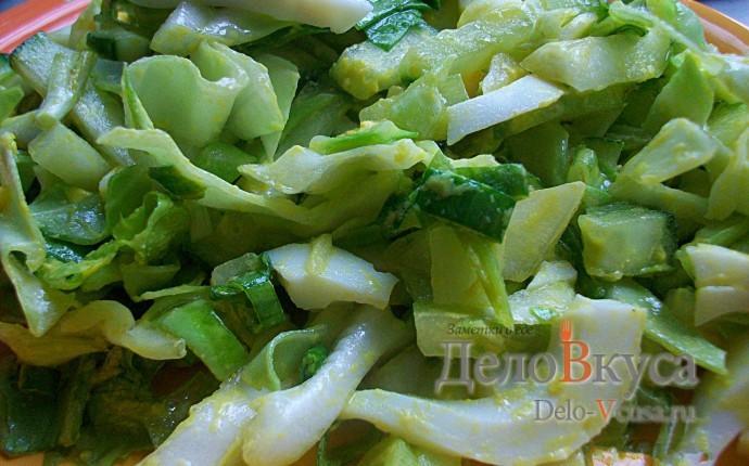 Салат из свежей капусты, огурцов и зеленого салата