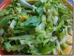 Салат из свежей капусты: Заправить салат и перемешать