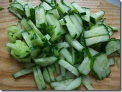 Салат из свежей капусты: Порезать огурцы