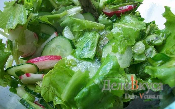 Салат из редиски и огурца с листовым салатом