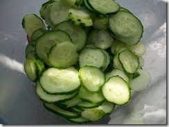 Салат из редиски и огурцов: Огурцы порезать колечками