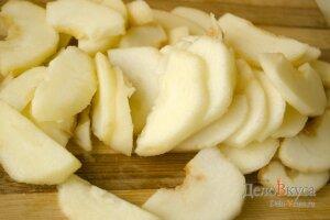 Пирог с яблоками: Порезать яблоки