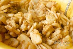 Пирог с яблоками: Перемешать начинку