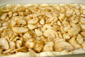 Яблочная начинка: Кладем начинку на тесто