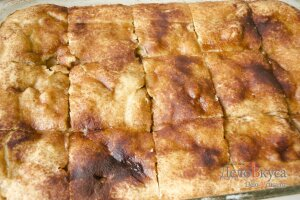 Пирог с яблоками: Разрезать пирог на порции