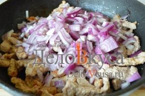 Бефстроганов из свинины: Когда жидкость от мяса выкипит добавляем лук