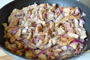 Бефстроганов из свинины: Обжариваем лук до золотистого цвета