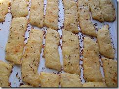 Сырные палочки: Выпекать в духовке до готовности