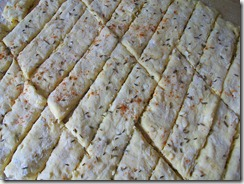 Сырные палочки: Посыпать тмином и перцем