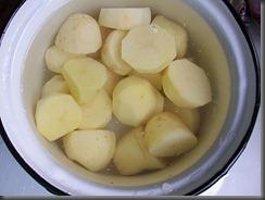 Вареная картошка: В кипящую воду кладем картошку