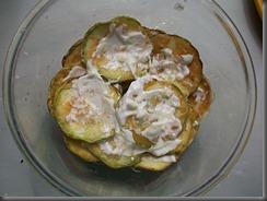 Кабачки жареные с чесноком: Смазать кабачки чесночным соусом