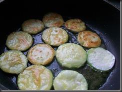 Кабачки жареные: Обжарить кабачки с двух сторон