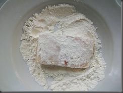 Тушеная рыба в томатном соусе: Обвалять рыбу в муке